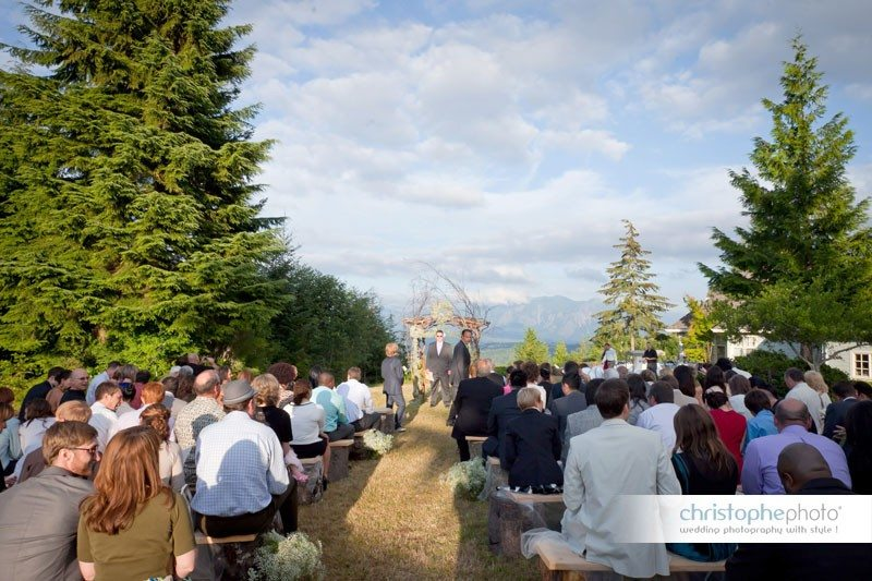 The outdoor ceremony was overlooking the beautiful mountains in Seatlle.